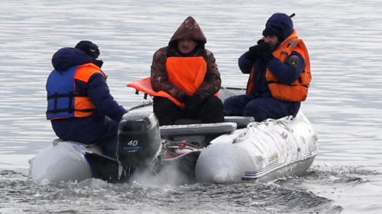 В акватории озера Телецкое продолжаются поиски затонувшего вертолета
