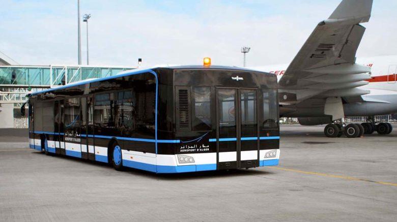 В стамбульском аэропорту самолет столкнулся с пассажирским автобусом